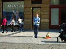 Der junge Mann, der in der Straße jongliert Prag, stockbild
