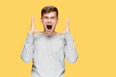 Der junge Mann, der mit Freude schreit Lizenzfreies Stockbild