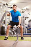 Der junge Mann, der mit Kampf ausarbeitet, ropes an einer Turnhalle, vertikal stockfotos
