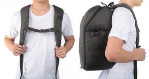 Der junge Mann, der mit Reiserucksackausrüstungen steht, lokalisierte Whit Stockfotografie