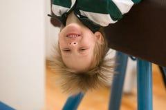Der junge Mann führt gymnastische Übungen in der Turnhalle durch Stockfotografie