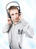 Der junge Mann hört Musik Stockfotografie