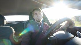 Der junge Mann hinter dem Rad glücklich stock footage