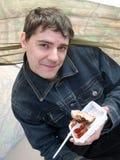 Der junge Mann isst Fleisch Lizenzfreie Stockbilder