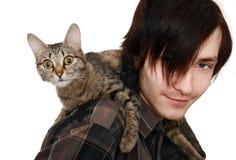 Der junge Mann mit einer Katze Stockfotos