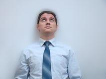 Der junge Mann schaut oben und träumt von lizenzfreies stockbild