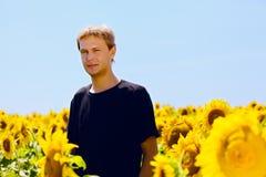 Der junge Mann am Sommernachmittag Lizenzfreie Stockfotos