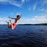 Der junge Mann springt in Wasser Lizenzfreies Stockbild
