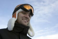 Der junge Mann teilgenommen an Wintersport Stockfotografie