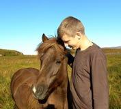 Der junge Mann und das Pferd Stockbild