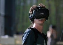 Der junge Mann, der VR verwendet, stellte an Sonarfestival Headshot ein Lizenzfreie Stockfotografie