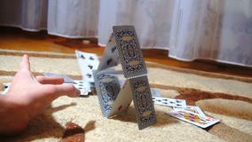 Der junge Mann zerstört das Kartenhaus, Zeitlupe stock video