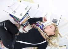Der junge müde Kursteilnehmer Stockfoto