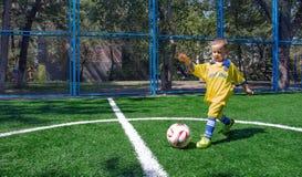 Der Junge mit dem Ball Stockbilder