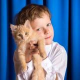 Der Junge mit dem Kätzchen Lizenzfreie Stockfotografie