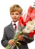 Der Junge mit einem Blumenstrauß   Lizenzfreies Stockbild