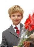 Der Junge mit einem Blumenstrauß   Lizenzfreie Stockfotografie