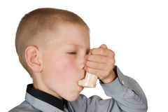 Der Junge mit einem Inhalator Lizenzfreies Stockfoto