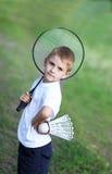 Der Junge mit einem Schläger Stockfotos