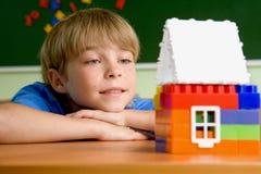 Der Junge mit kleinem Haus Stockbilder