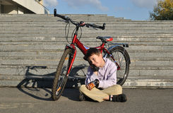 Der Junge mit rotem Fahrrad Stockbild