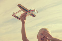 Der Junge mit seiner Hand lässt das Modell der Fläche in den Himmel laufen Stockbilder