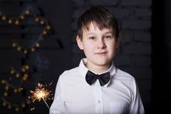 Der Junge mit Wunderkerzen Lizenzfreie Stockbilder