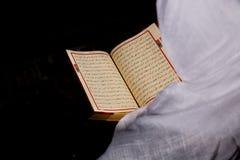 Der junge moslemische Frauenlesungskoran Stockfotos