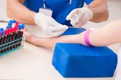 Der junge Patient während des Blutprobe-Stichprobenverfahrens stockbilder