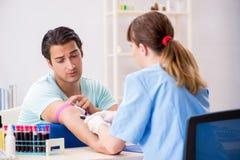Der junge Patient während des Blutprobe-Stichprobenverfahrens lizenzfreie stockfotografie