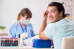 Der junge Patient während des Blutprobe-Stichprobenverfahrens lizenzfreies stockbild