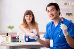 Der junge Patient während des Blutprobe-Stichprobenverfahrens lizenzfreie stockbilder