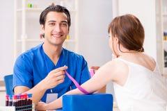 Der junge Patient während des Blutprobe-Stichprobenverfahrens stockfotografie