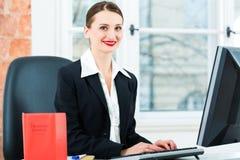 Rechtsanwalt im Büro, das Anmerkungen in einer Datei macht Stockbild