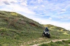 Der Junge reitet ein ATV nicht für den Straßenverkehr lizenzfreie stockfotos