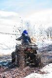 Der Junge reitet ein ATV nicht für den Straßenverkehr lizenzfreie stockbilder