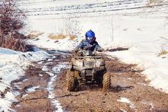 Der Junge reitet ein ATV nicht für den Straßenverkehr lizenzfreies stockfoto