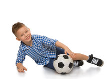 Der Junge rollt den Fußball Stockfotos