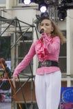 Der junge Sänger auf Stadium Lizenzfreie Stockfotos
