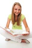 Der junge schöne Kursteilnehmer mit dem Buch Lizenzfreies Stockfoto