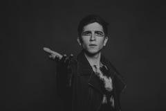Der junge Schauspieler auf einem dunklen Hintergrund Lizenzfreie Stockbilder