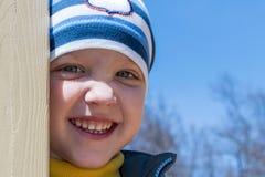 Der Junge schaut oben und lächelt Auf dem Spielplatz Stockfotografie