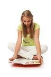Der junge schöne Kursteilnehmer mit dem Buch Stockbilder