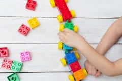 Der Junge spielt lego Sich entwickelnde Besetzung für das Kind lizenzfreie stockfotografie