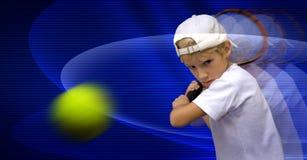 Der Junge spielt Tennis Stockfoto