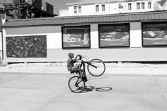 Der Junge springend auf Fahrrad Stockbild