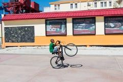 Der Junge springend auf Fahrrad Lizenzfreie Stockfotos
