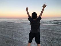 Der Junge springend auf Strand Lizenzfreies Stockfoto