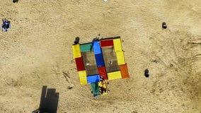Der Junge springend auf Trampoline am Strand trick stock footage