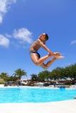 Der Junge springend in das Pool Lizenzfreies Stockfoto